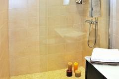 salle-de-bain-beige-et-bois-marron-foncé.2