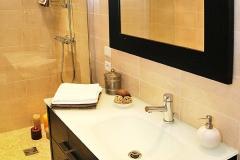 salle-de-bain-beige-et-bois-marron-foncé