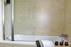 salle-de-bain-beige-lisere-marron